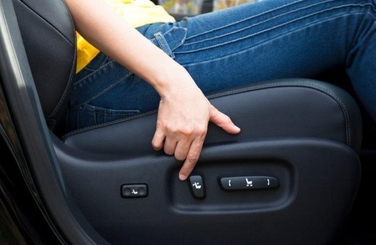 Điều chỉnh ghế ngồi trước khi lái xe.
