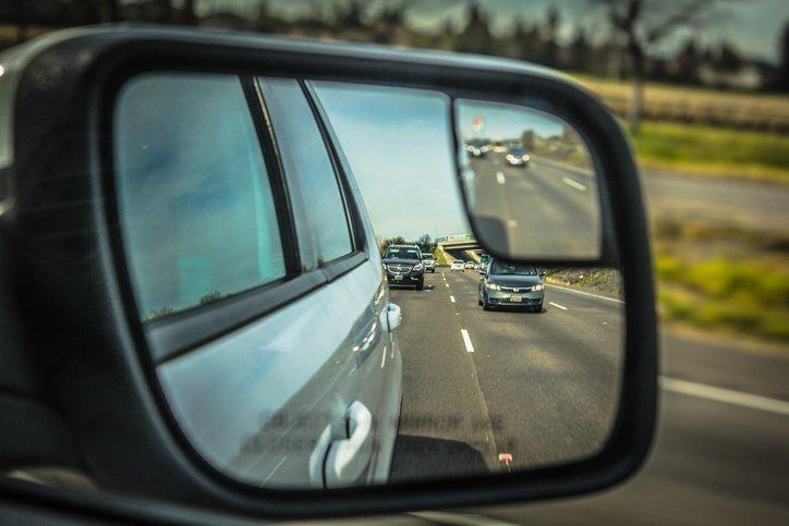 Khi có ý định chuyển làn, chuyển hướng, quay đầu xe nên bật đèn báo hiệu sớm.