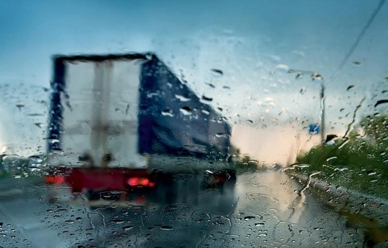 Hạn chế đi sát xe lớn khi trời mưa to.