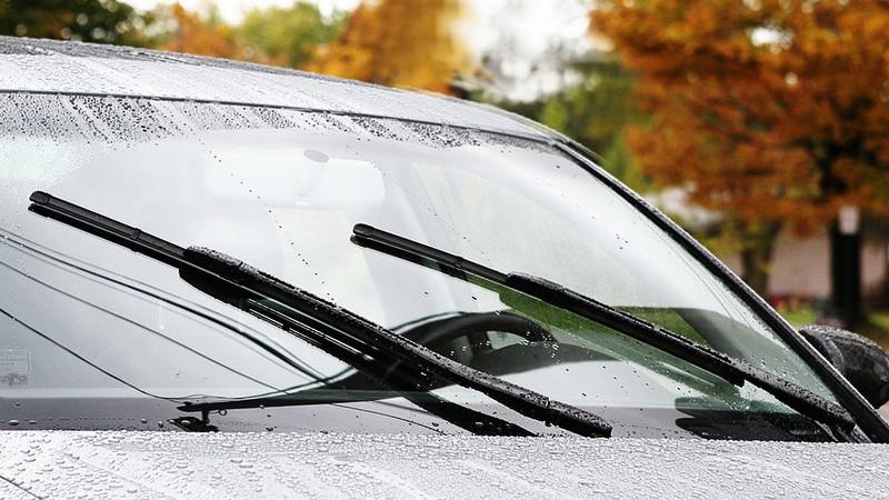 Nên kiểm tra và vệ sinh kính chắn gió để đảm bảo tầm nhìn tốt nhất.