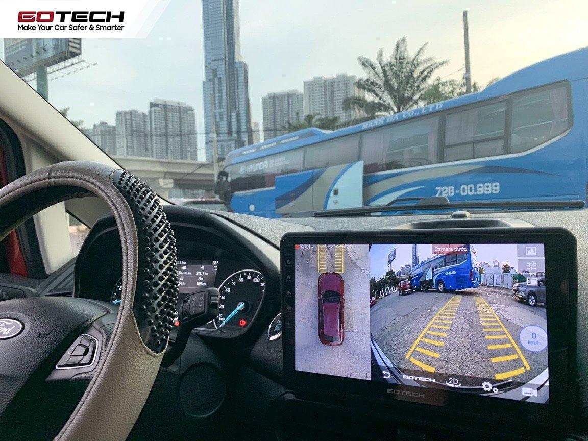 Sử dụng màn hình liền camera 360 độ hỗ trợ quan sát toàn cảnh dễ dàng khi di chuyển dưới mưa.