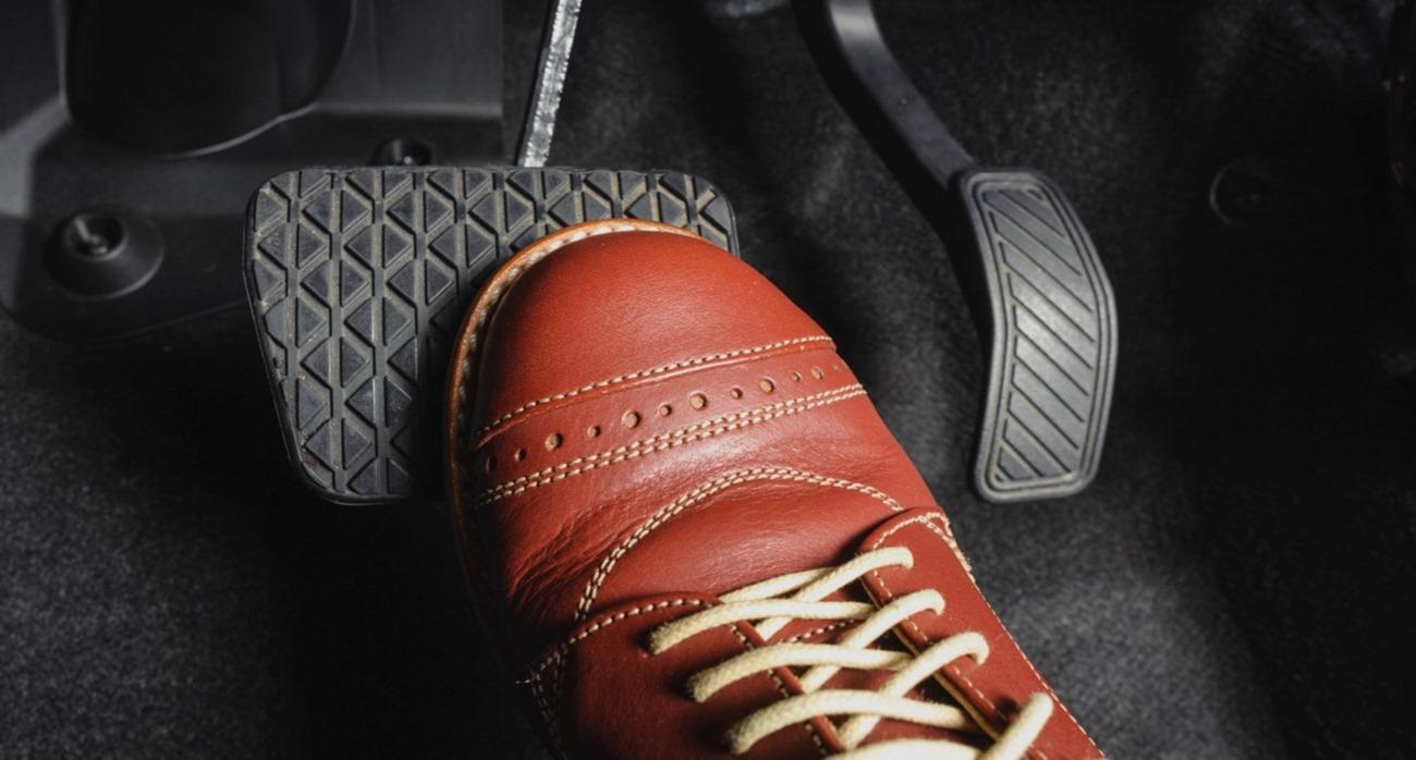 Kiểm soát tốc độ khi lùi xe, quay xe trong ngõ.