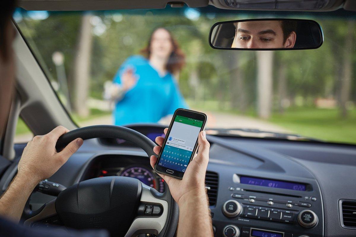 Lỗi sử dụng điện thoại khi lái xe sẽ bị xử phạt rất nặng.