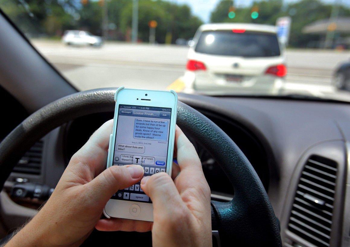 Sử dụng điện thoại khi lái xe tiềm ẩn nhiều nguy hiểm khôn lường.