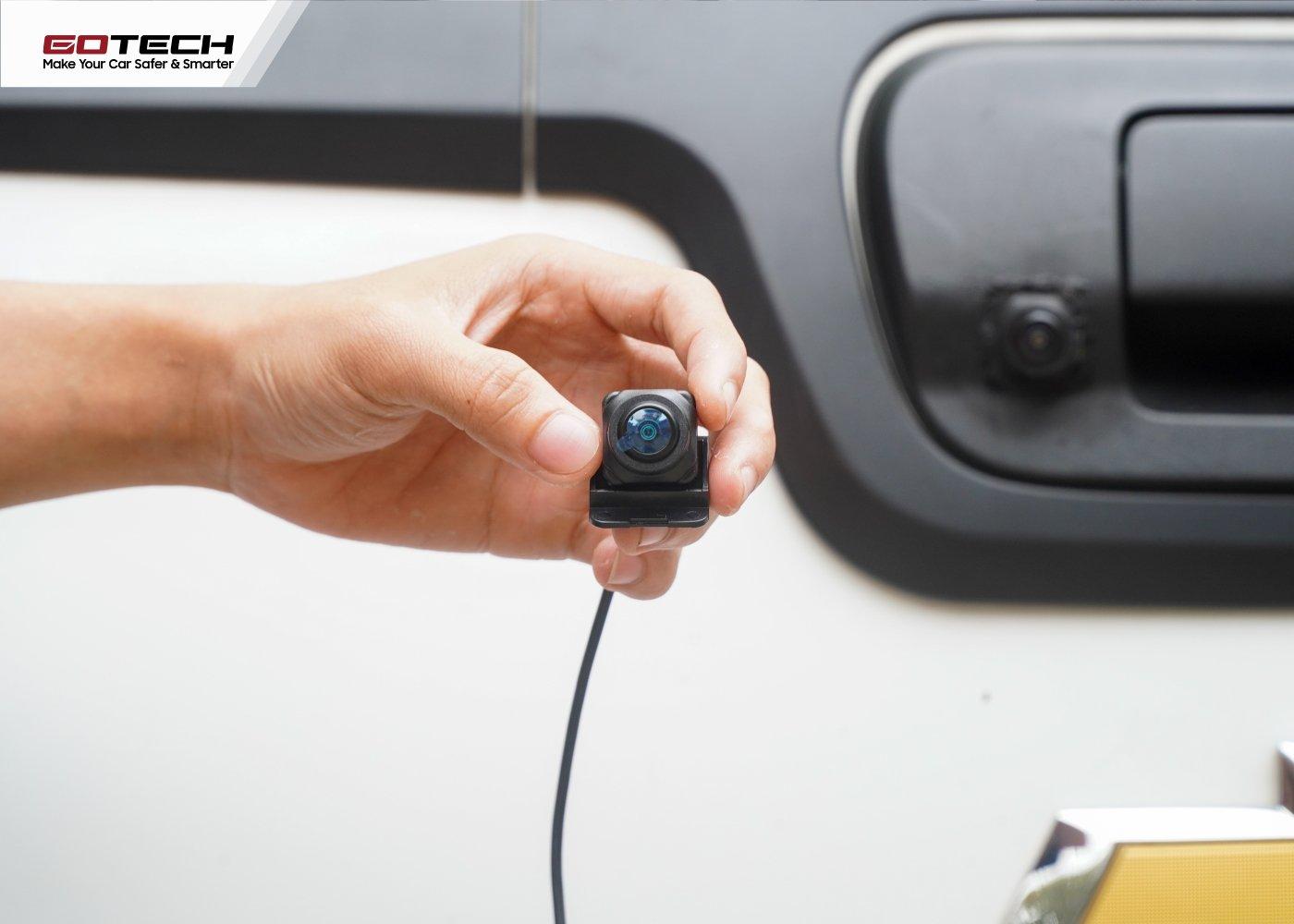 Camera lùi khắc phục điểm mù khu vực phía sau xe.