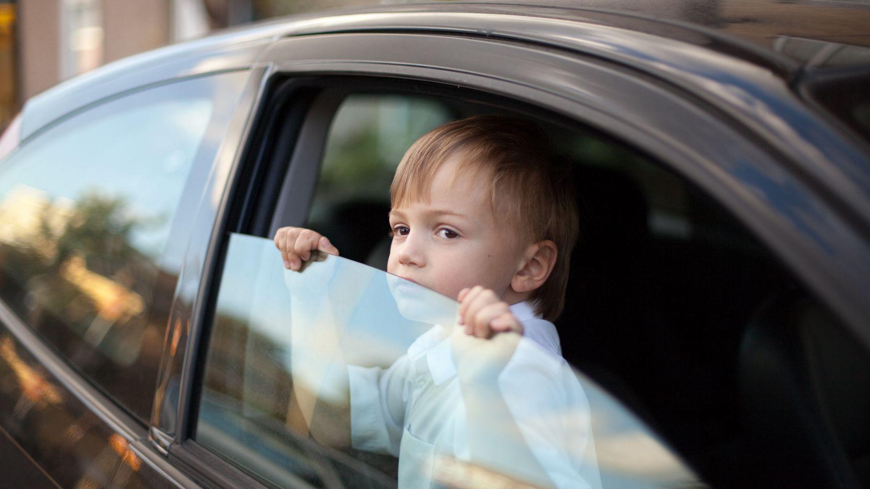 Không để trẻ một mình trên ô tô