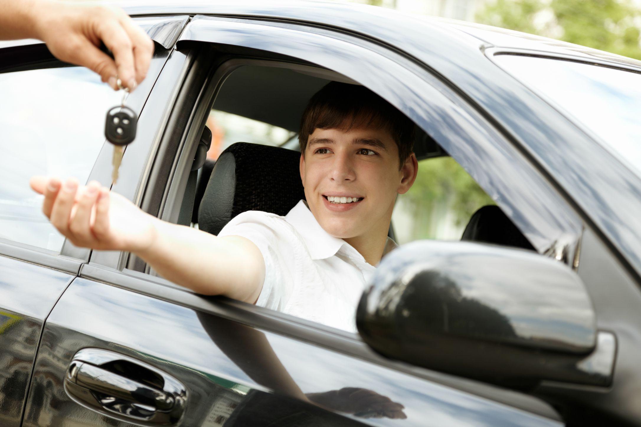 Kiểm tra các bộ phận của xe trước khi bắt đầu bài thi.
