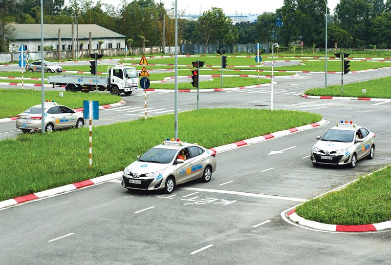 Giữ khoảng cách an toàn với các xe khi thi sa hình B2.