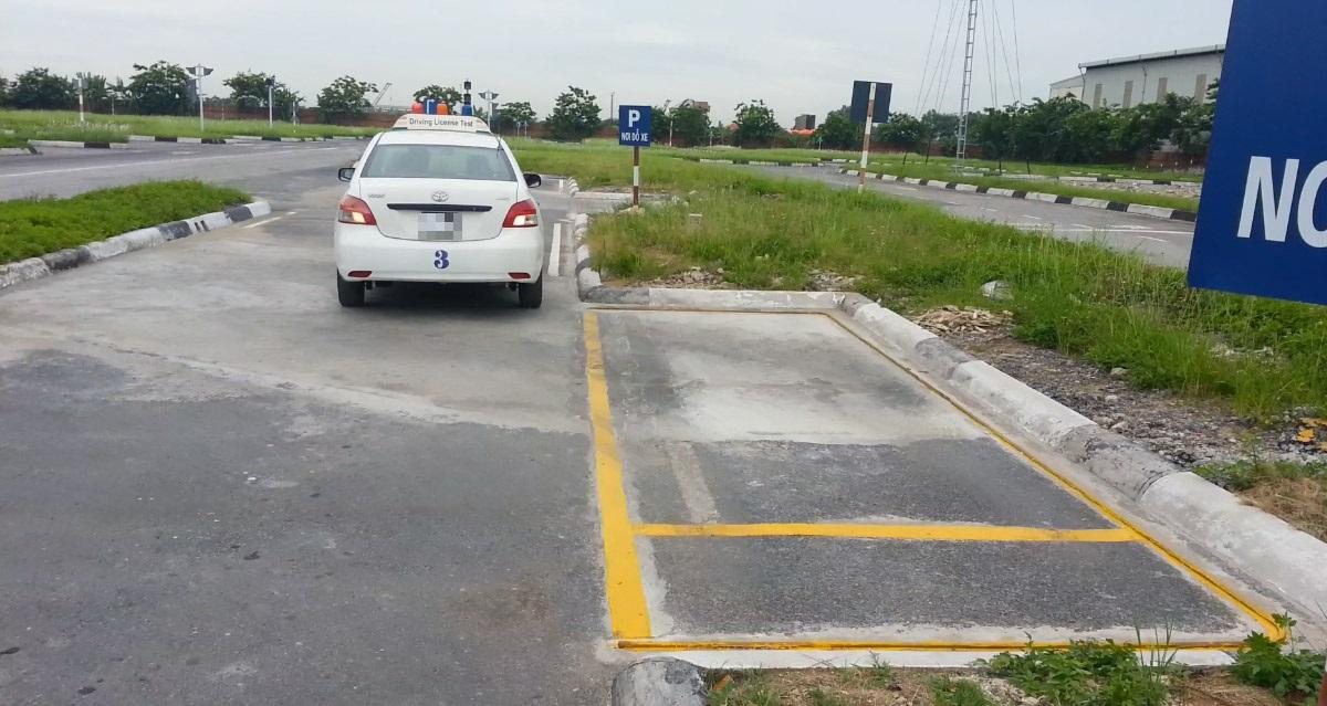 Hạn chế để bánh xe đè vào đường giới hạn khi thi ghép ngang.