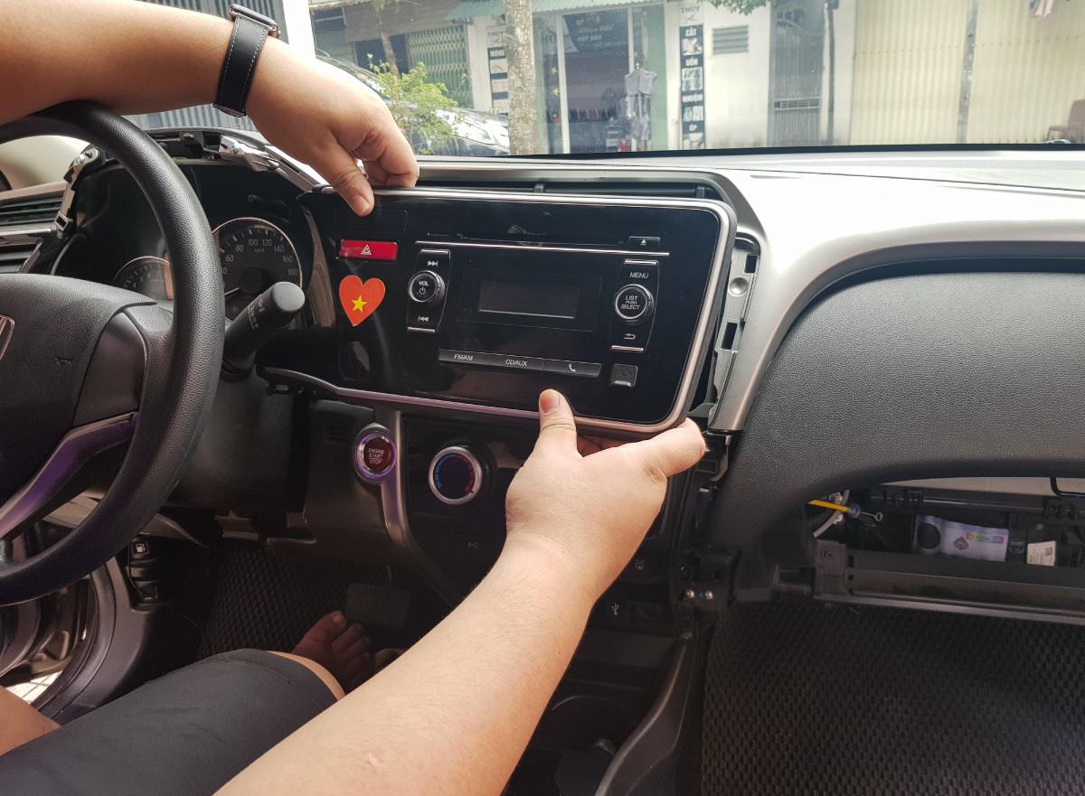 Bước 1: Tháo đầu DVD hoặc màn hình kèm mặt dưỡng nguyên bản ra khỏi xe. Chú ý thao tác khéo léo, không phá vỡ kết cấu của xe.