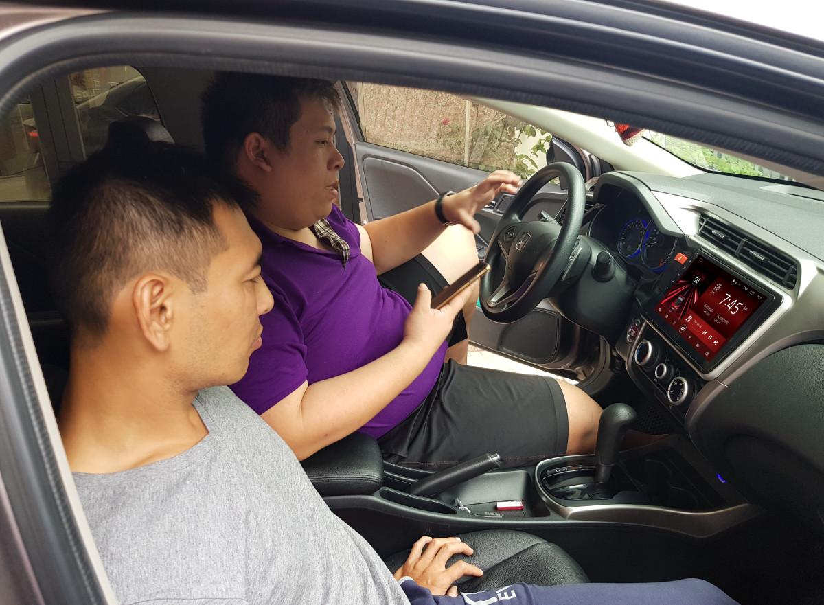 Bước 6: Hoàn thiện lắp đặt màn hình ô tô và hướng dẫn khách hàng sử dụng.